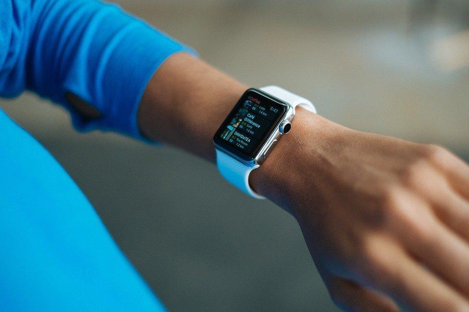 Fitbit Blaze vs Apple Watch Smart Features
